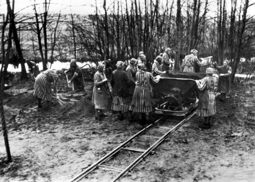 undesarchiv_Bild_183-1985-0417-15,_Ravensbrück,_Konzentrationslager
